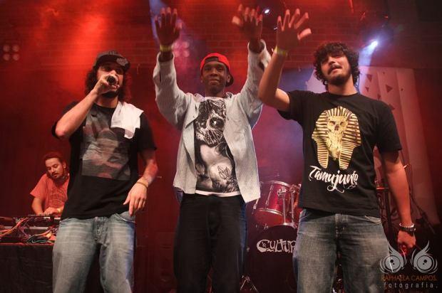 No palco do Cultural Bar com Gabriel O Pensador e Fabrício Santos.