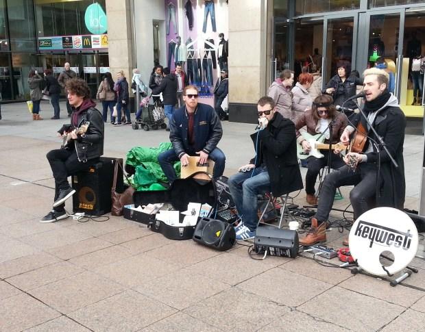 Banda Keywest fazendo show gratuíto na Henry Street